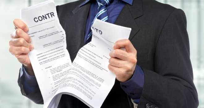 foto mostrando um contrato de plano de saúde sendo cancelado