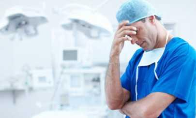 foto mostrando médico se lamentando por ter cometido um erro médico