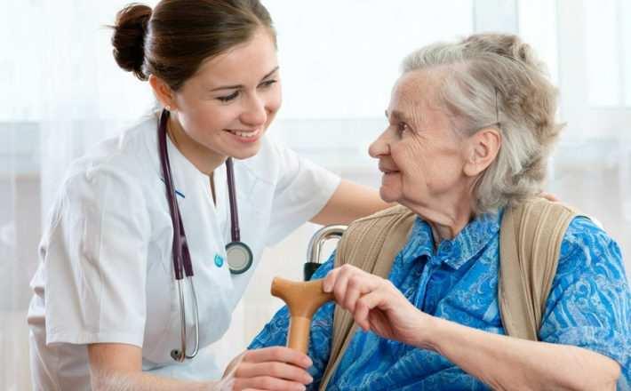 foto mostrando isosa sendo atendida por uma médica