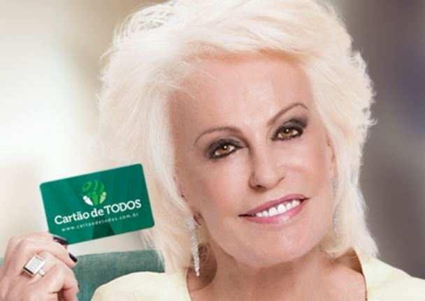 foto mostrando Ana Maria Braga seguro um cartão de serviços alternativos aos planos de saúde